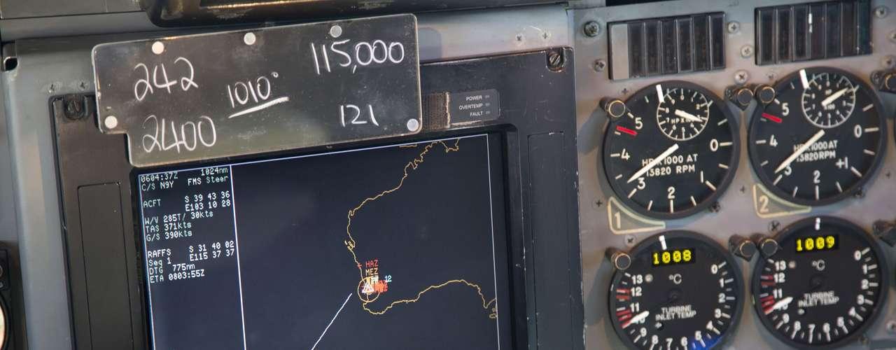 27 de março - Tela de navegação utilizada por pilotos a bordo de um Air Force AP-3C da Força Aérea da Austrália mostra sua localização atual representadapor um círculo branco, durantemissão para procurar o Boeing desaparecido da da Malaysian Airlines