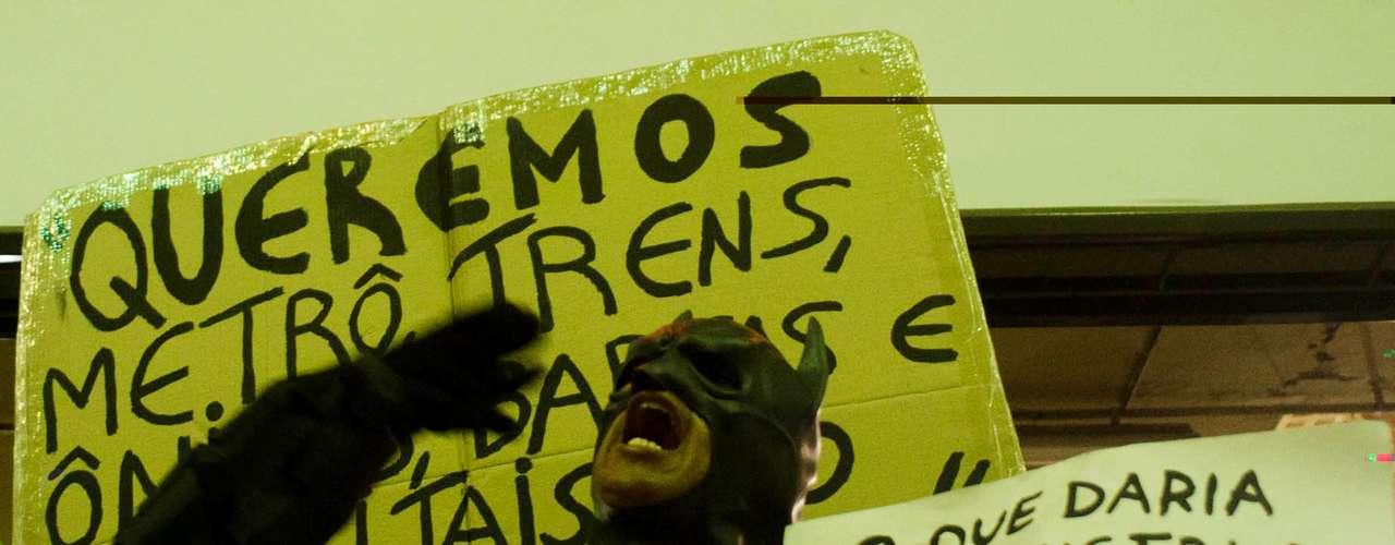 27 de março - Manifestantes protestam em frente à Câmara Municipal durante ato contra a Copa do Mundo realizado pelas ruas da cidade do Rio de Janeiro