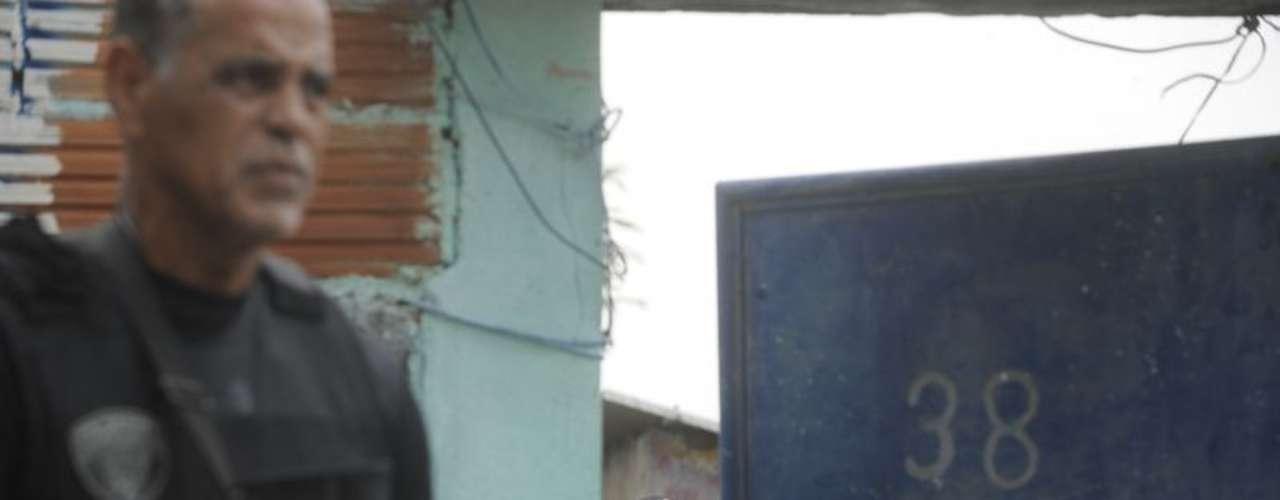 Participam deste trabalho de reconstituição os oito policiais militares que entraram na favela no fatídico dia 16 de março, quando Claudia foi baleada ao sair de casa para comprar pão