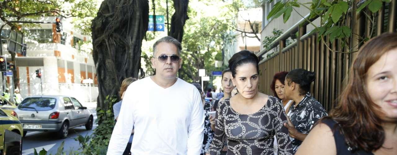 Glória Pires e o marido, Orlando Morais, prestaram suas homenagens, mas preferiram não falar com a imprensa