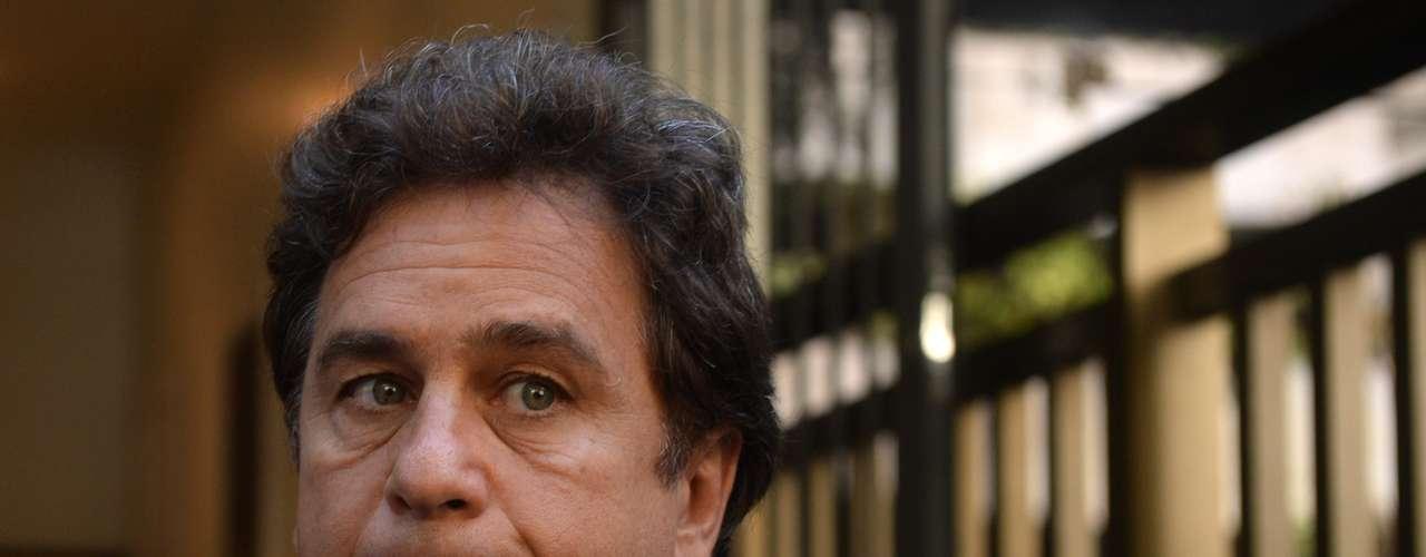 Marcos Frota chega ao velório de José Wilker no teatro Ipanema, no Rio de Janeiro
