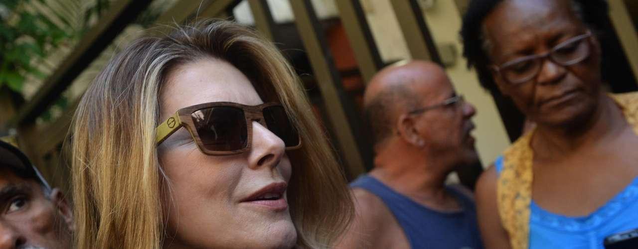 Maitê Proença chega ao velório de José Wilker no teatro Ipanema, no Rio de Janeiro