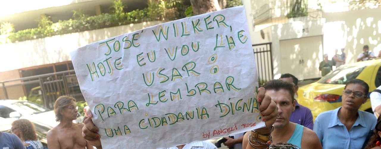 Angela Rose do Nascimento, professora universitária, levou um cartaz