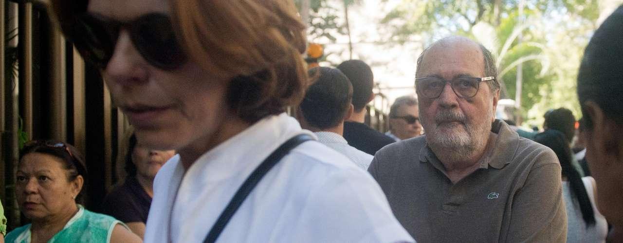 Cacá Diegues chega ao velório de José Wilker no teatro Ipanema, no Rio de Janeiro