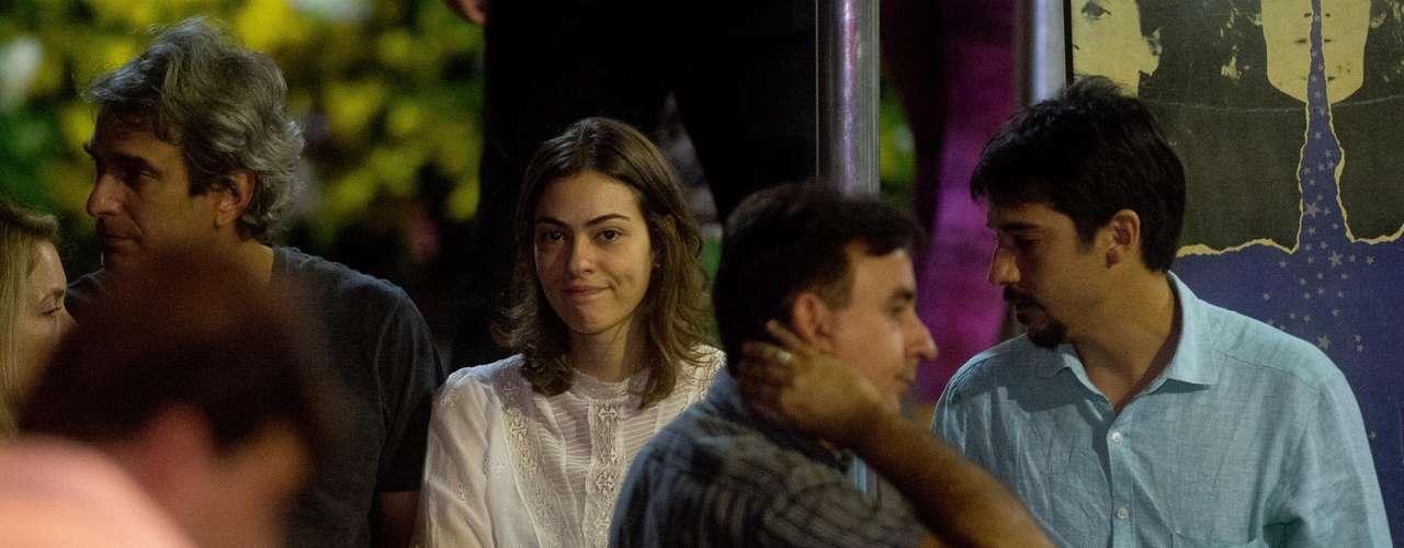 Isabel Wilker no velório do pai, José Wilker, no teatro Ipanema, no Rio de Janeiro