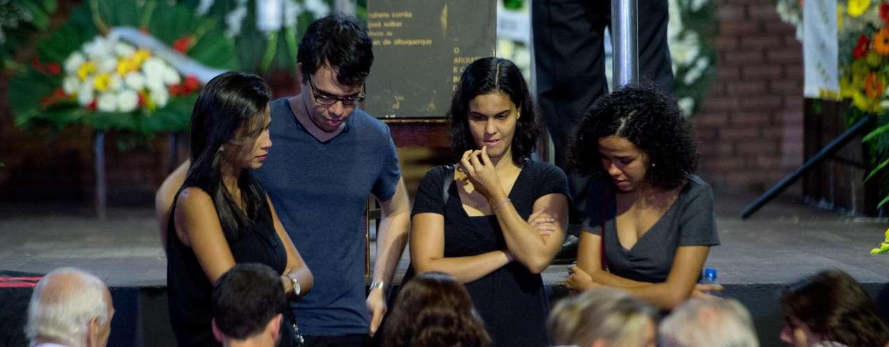Familiares e amigos no velório de José Wilker no teatro Ipanema, no Rio de Janeiro