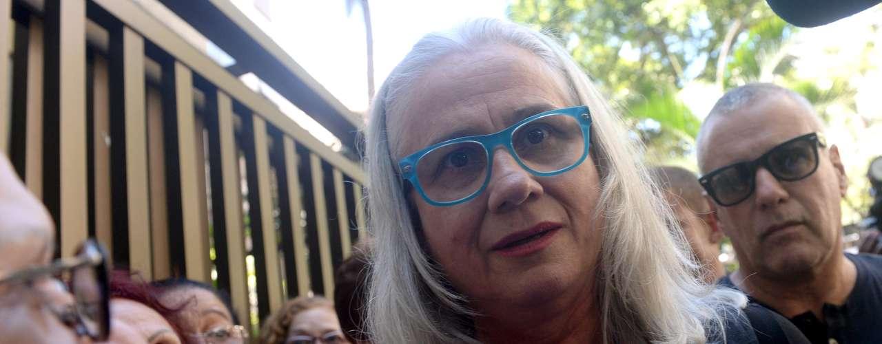 Vera Holtz chega ao velório de José Wilker no teatro Ipanema, no Rio de Janeiro