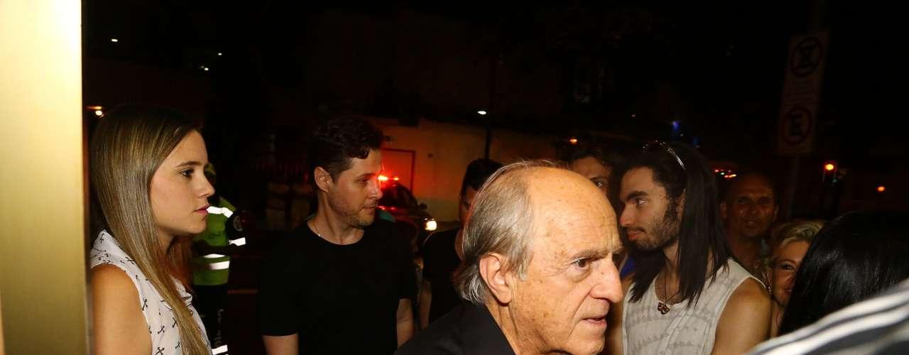 Ator Ary Fontoura chega ao velório de José Wilker na noite de sábado