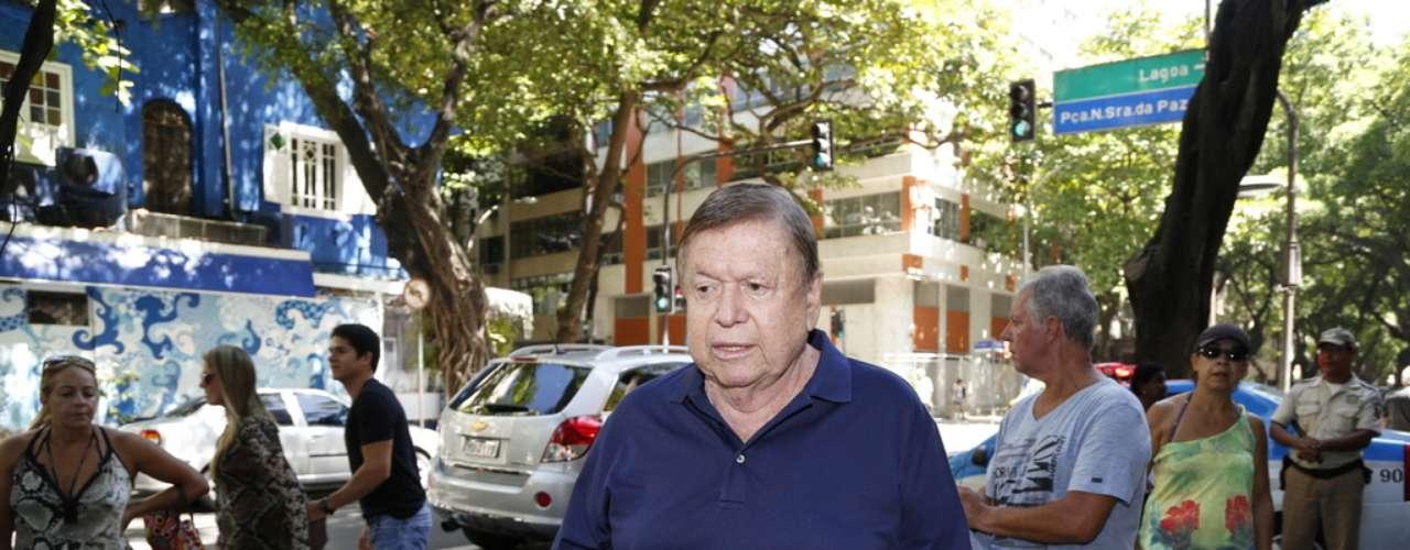 Boni chega ao velório de José Wilker no teatro Ipanema
