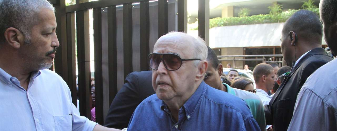 O ator Mauro Mendonça foi ao velório de Wilker na tarde do domingo (6)