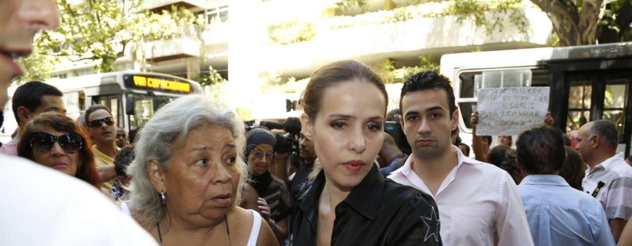 Leona Cavalli chega ao velório de José Wilker no teatro Ipanema