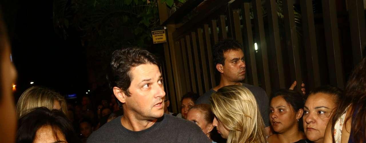 Ator Marcelo Serrado chega ao velório de José Wilker na noite de sábado