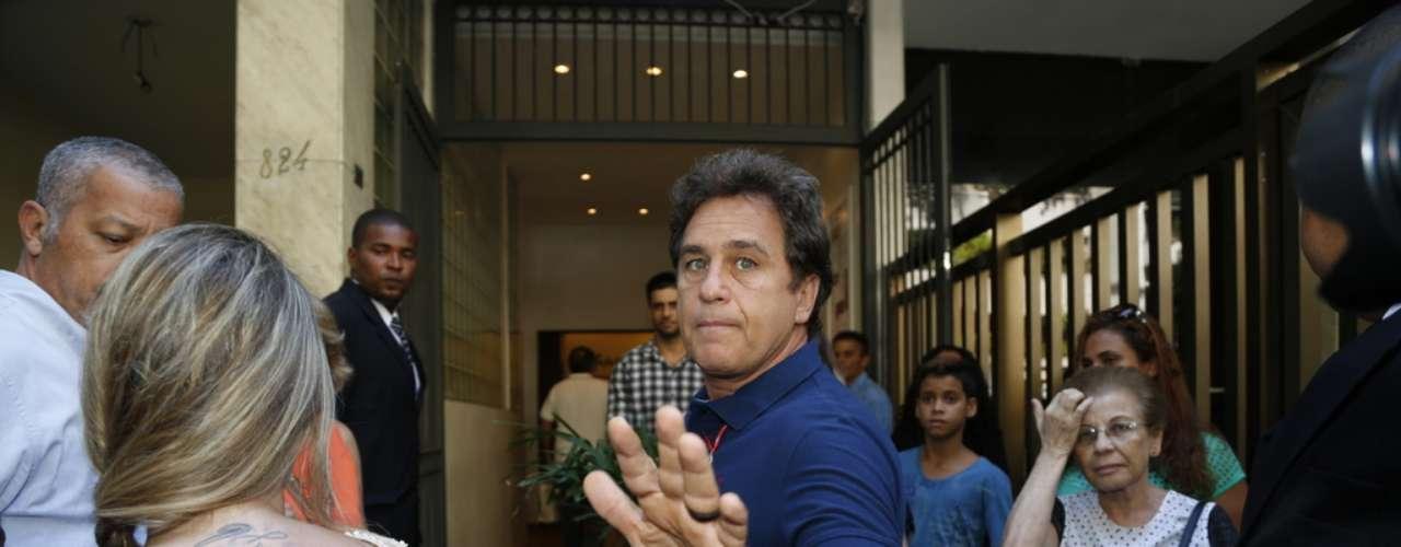 Marcos Frota chega ao velório de José Wilker no teatro Ipanema