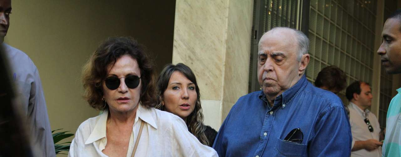 Mauro Mendonça e Rosamaria Murtinho deixa o velório de José Wilker no teatro Ipanema, no Rio de Janeiro