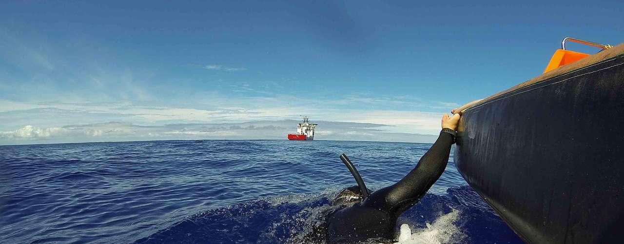 Continuam as buscas por destroços do avião da Malásia que desapareceu no Oceano Índico. Chances de encontrar qualquer coisa na superfície diminuiu e a busca agora é no fundo do mar