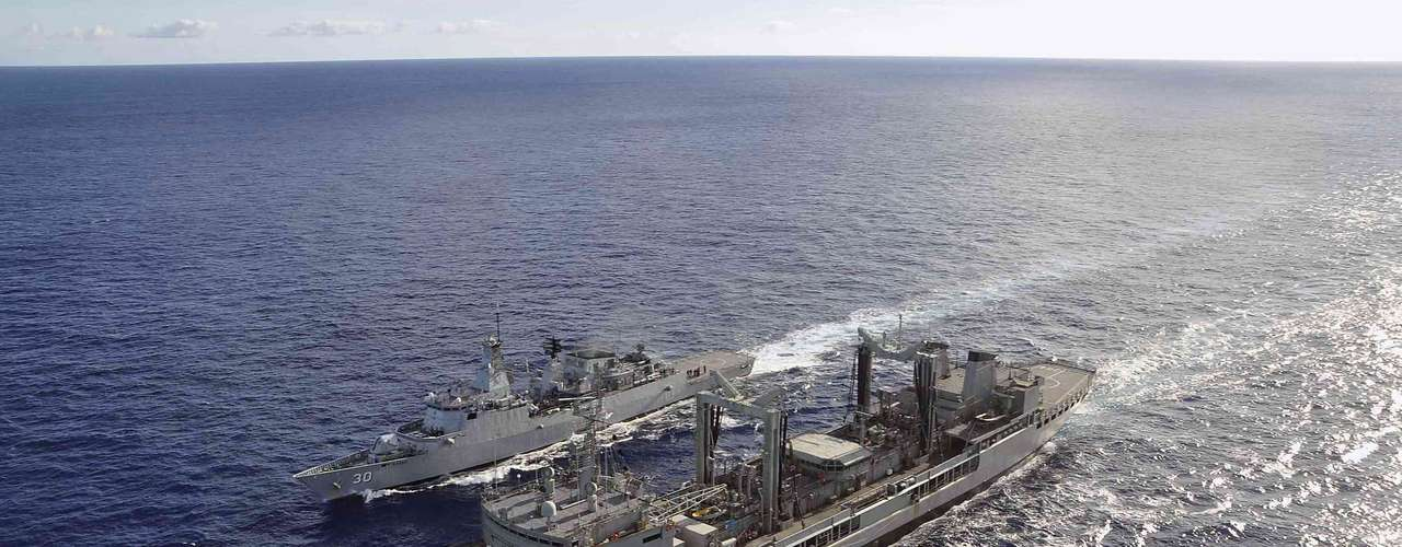 Navio da marinha Australiana dá mais combustível para o navio da Royal Navy Malásia KD Lekiu, para que este possa dar sequência nas buscas por rastros do avião da Malásia