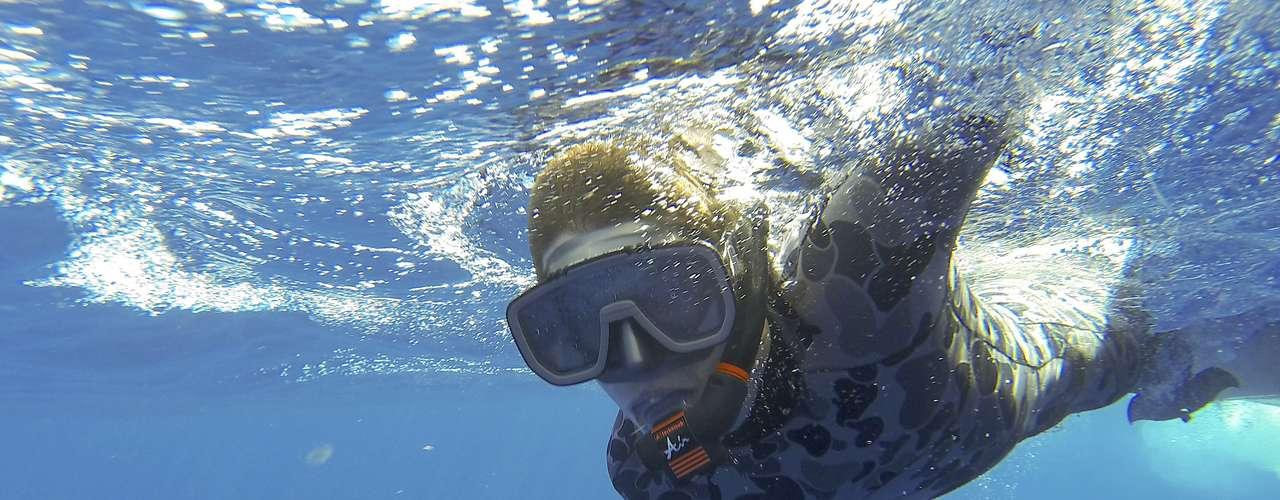 Mergulhadores vão atrás de destroços ou de rastros do avião da Malásia, no Oceano Índico, na região da Austrália. Área de busca abrange 77,580 quilômetros quadrados de oceano