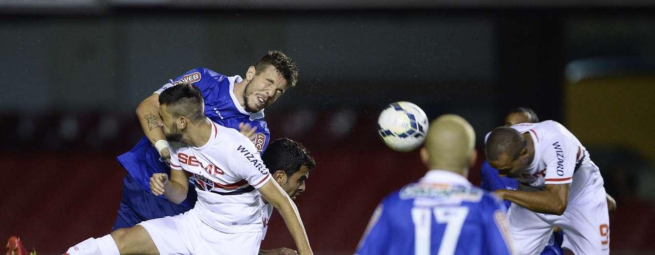 Luís Fabiano fez de cabeça o terceiro gol da vitória do São Paulo