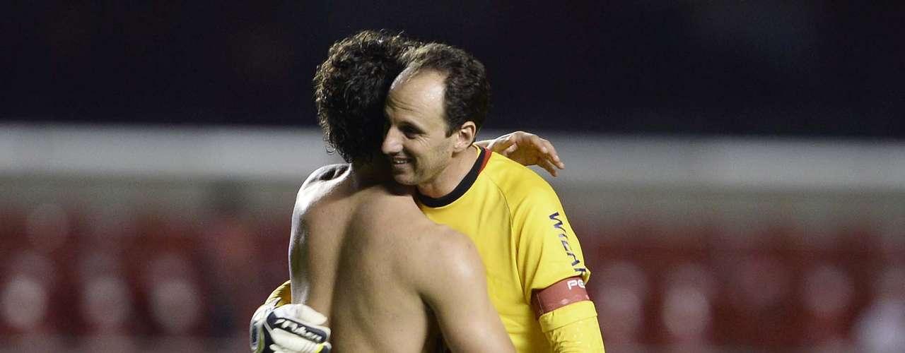 Alexandre Pato cumprimenta Rogério Ceni ao fim da partida