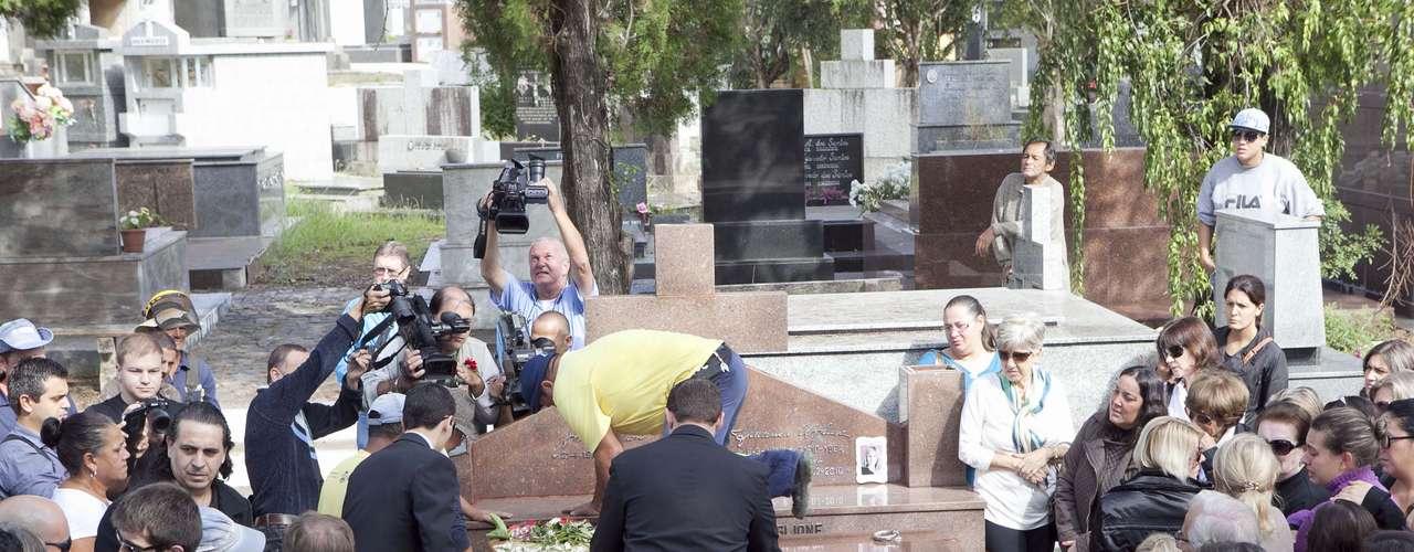Bernardo foi enterrado junto ao túmulo da mãe, morta em 2010