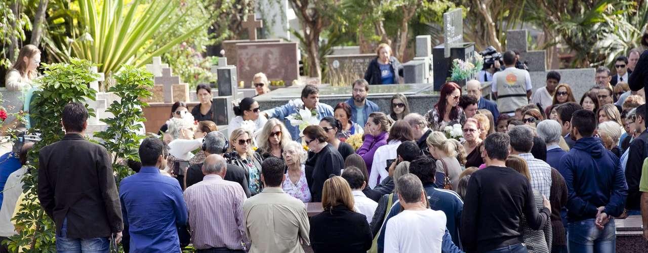Amigos e familiares acompanharam o enterro do meninoBernardo Uglione Boldrinina manhã desta quarta-feira