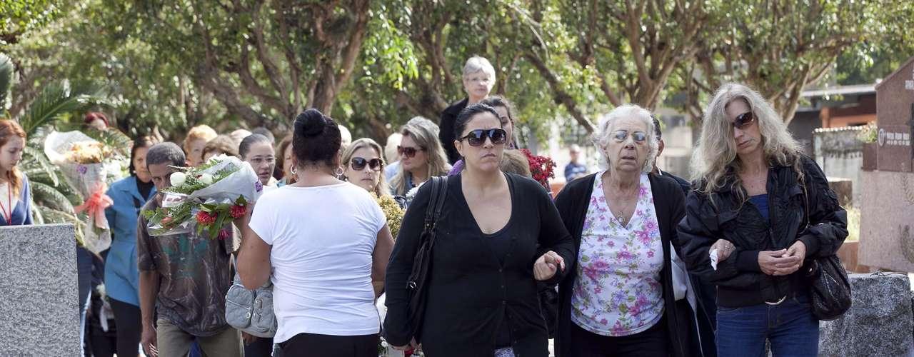 Avó materna Jussara Uglione (C), 73 anos,deixa o Cemitério Municipal de Santa Maria (RS) após o enterro do netoBernardo