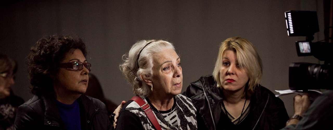 Avó materna Jussara Uglione (C), 73 anos, chegapara o velório de Bernardo Uglione Boldrini, 11 anos, na capela 3 do Hospital de Caridade de Santa Maria (RS)
