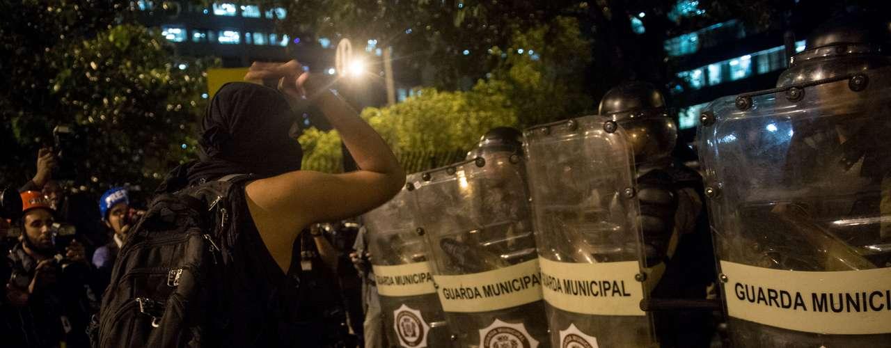 15 de abril - Manifestante protesta contra a Copa do Mundo no Rio de Janeiro
