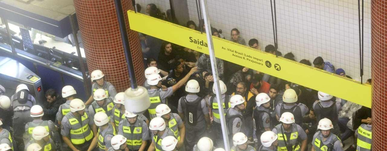 15 de abril - Houve correria e muitos entraram na estação Butantã, Linha Amarela do Metrô