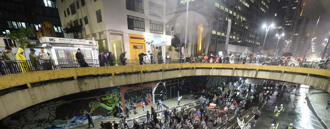 15 de abril - Ativistas protestam contra a Copa do Mundo de Futebol