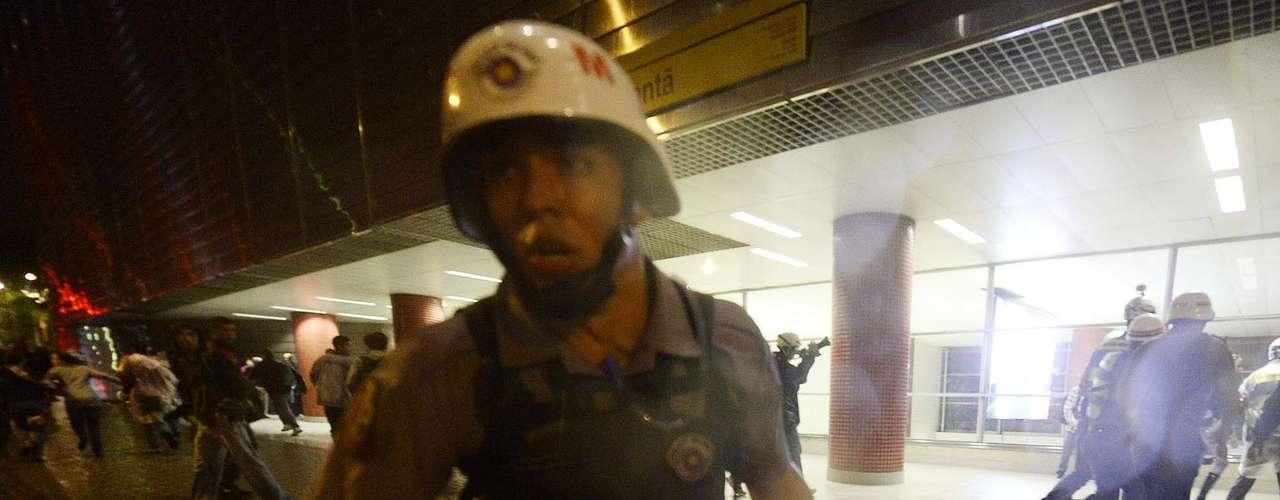 15 de abril - Manifestante é arrastado por PM em protesto em SP