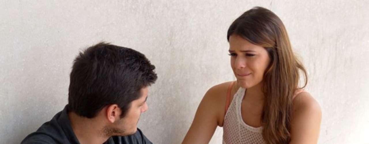 Luiza (Bruna Marquezine) termina namoro com André (Bruno Gissoni), que fica arrasado