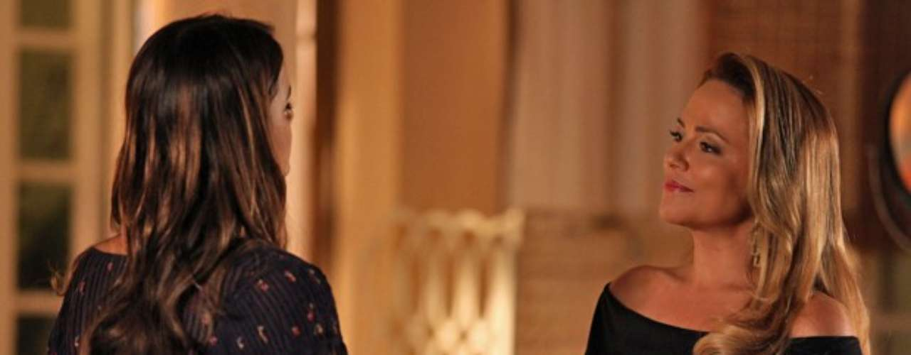 Shirley vai até a casa de Luiza e dá uma indireta para que a filha de Helena se afaste de uma vez de Laerte
