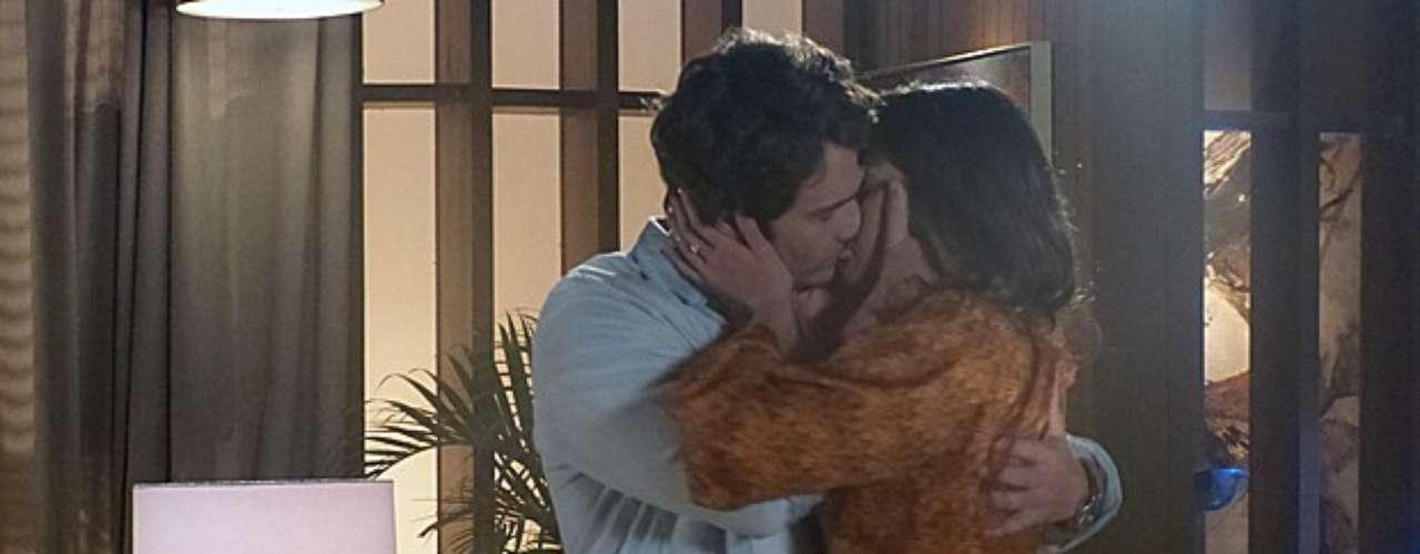 Luiza vai até a casa de Laerte para tentar dar um tempo na relação dos dois, mas acaba não resistindo aos encantos do namorado