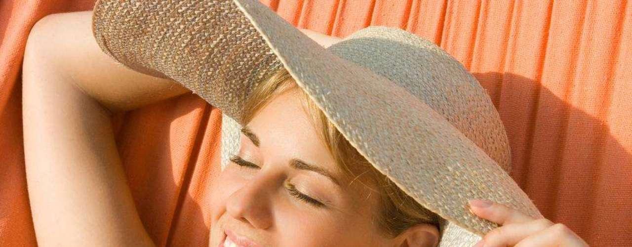 De acordo com o dermatologista Claudio Mutti, o ácido kójico é fotossensível, ou seja, não mancha a pele, eventualmente exposta ao sol