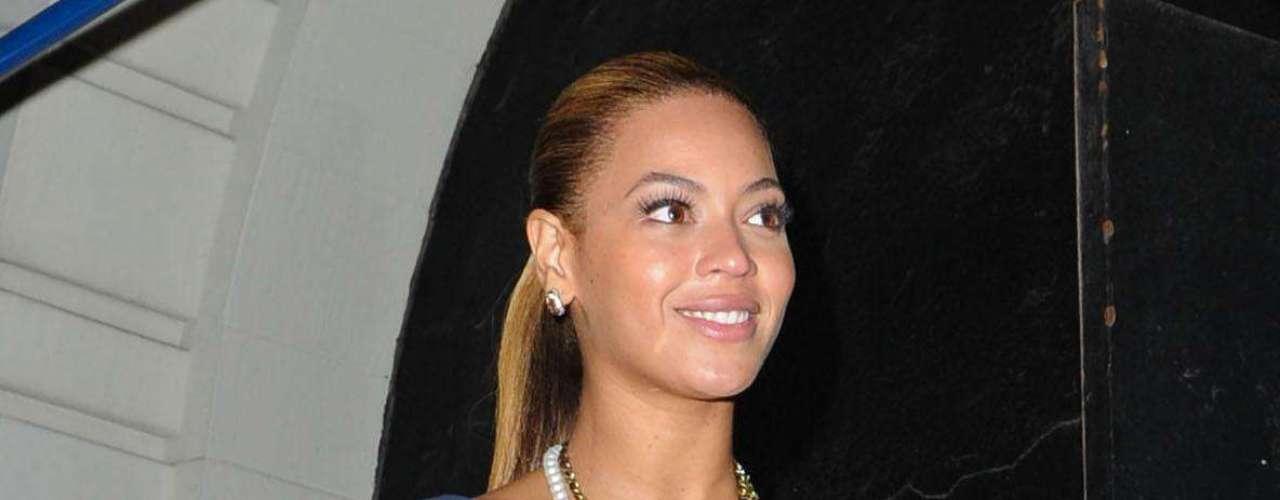 Beyonce - A nova mamãe investiu na dupla vestido e unhas azuis