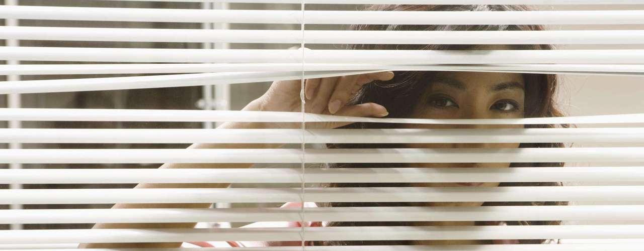 Voyeurismo: mulheres também gostam de assistir pessoar transando. Podem fantasiar sobre espiar a janela do vizinho, um casal em um local escondido de um parque ou até uma orgia