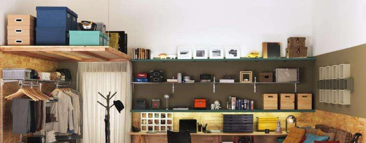 O maleiro improvisado é feito com tábua e caixas organizadoras e fixado com fios de aço