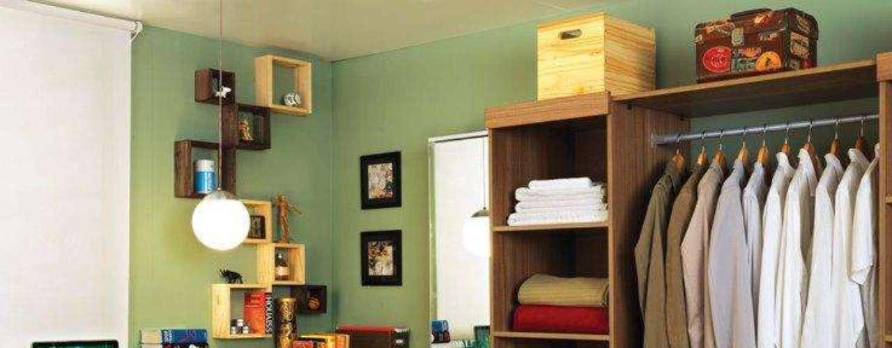 O nicho na parte inferior da estante serve como parte de uma sapateira. Os ganchos na lateral servem para acomodar também as bijuterias