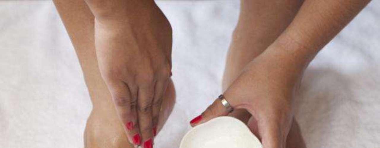 Certo:  antes de começar o procedimento, vale a pena fazer uma esfoliação nos pés, especialmente nos calcanhares, para eliminar as células mortas e ativar a circulação. O esfoliante pode ser feito com a mistura do sal marinho/grosso e do mel
