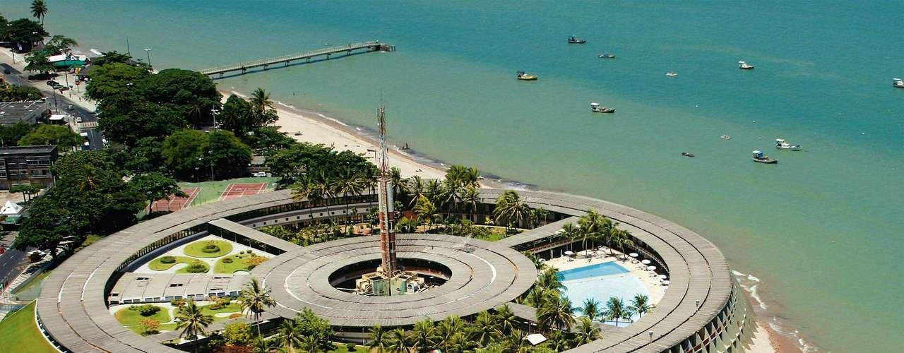 Hotel Tropical Tambaú, João Pessoa, Pernambuco: o pacote de três dias, entre 7 e 10 de junho, custa R$ 903 por pessoa no apartamento duplo standard e inclui café da manhã e jantar. O hotel tem filial em Porto Seguro e Manaus. Informações: 0800 70 126 70