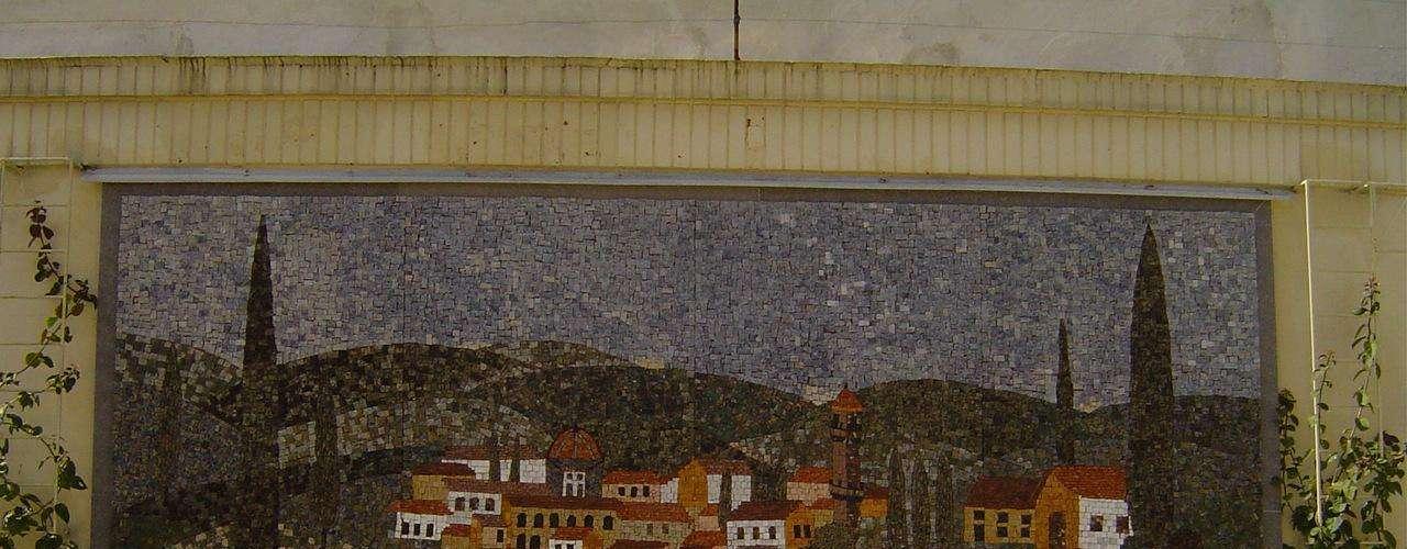 Áreas externas podem ser embelezadas com grandes murais de mosaicos