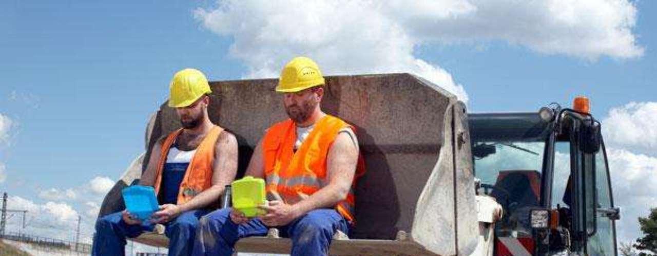 Trabalhador braçal  Trabalhar com máquinas pesadas ou em construções podem trazer muitos riscos à saúde do trabalhador. Segundo o médico Chosewood, algumas das áreas mais perigosas são agricultura, pesca, mineração, manutenção de rodovias
