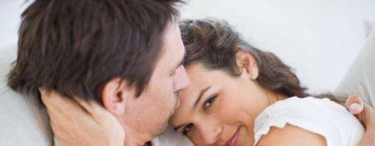 """Dê abraços longos: sabe aqueles abraços de até três segundos? Prolongue-os. De acordo com um estudo, um abraço com mais de 20 segundos aumenta os níveis de hormônios ligados à sensualidade.  """"Abraçar proporciona sentimentos de profundo apego, o que muitas vezes leva ao desejo sexual"""", explica a pesquisadora Helen Fisher"""