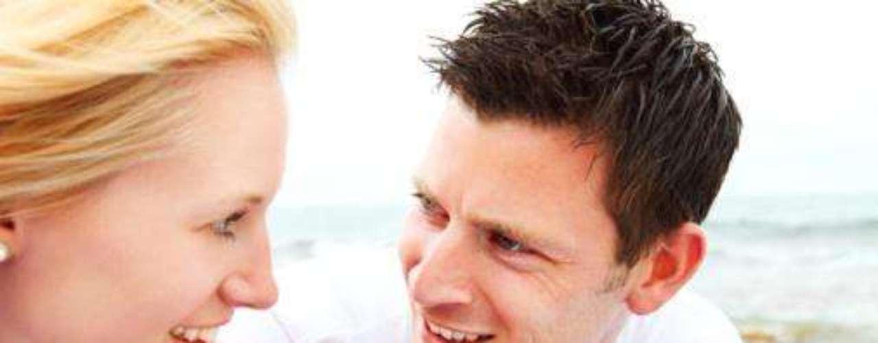"""Mude o tom da conversa: tudo bem que vocês precisam dividir algumas angústias, mas conversar apenas sobre trabalho e problemas familiares afasta os desejos sexuais. Por isso, divida seus pensamentos picantes e relembre noites marcantes. De acordo com a especialista em relacionamento Yvonne K. Fulbright, ele ficará mais apaixonado ao ouvir frases como: """"lembra quando fizemos isso na cozinha?\"""