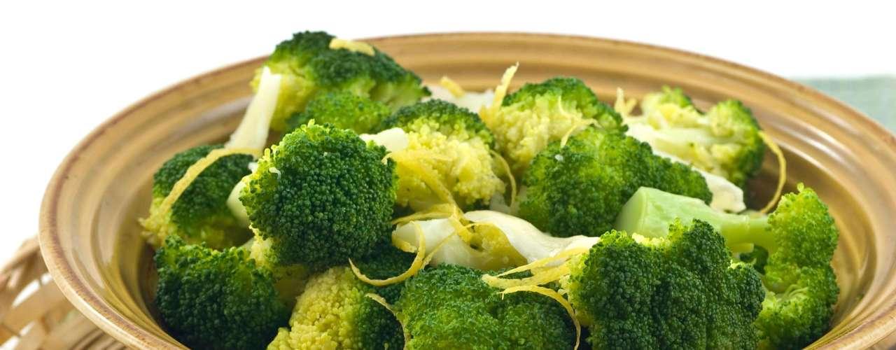 6. Brócolis - Cozido ou cru, esse vegetal é conhecido por prevenir câncer. Uma porção de brócolis tem apenas 30 calorias e ainda ajuda a combater o excesso de peso