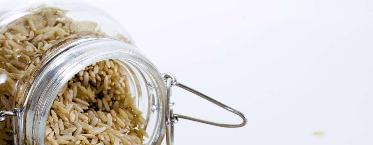 7. Arroz integral - A versão integral do grão é muito mais saudável do que o arroz branco. Uma porção de meia xícara contém 1,7 g de amido resistente, carboidrato saudável que estimula o metabolismo a queimar gorduras. Além disso, possui baixa densidade e fornece bastante energia, ou seja, ele sacia mesmo tendo poucas calorias