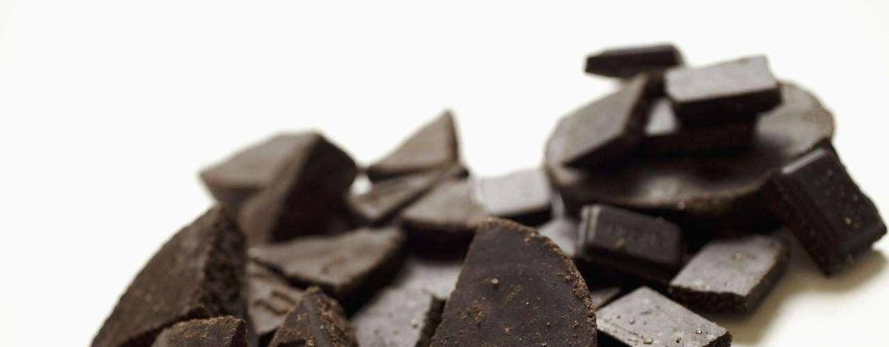 17. Chocolate amargo - Chocólatras, alegrem-se. Um pedacinho do chocolate meio amargo pode retardar a digestão, para que você se sinta mais completo e coma menos na próxima refeição. O doce é rico em gorduras monoinsaturadas, saudáveis para queimar gorduras