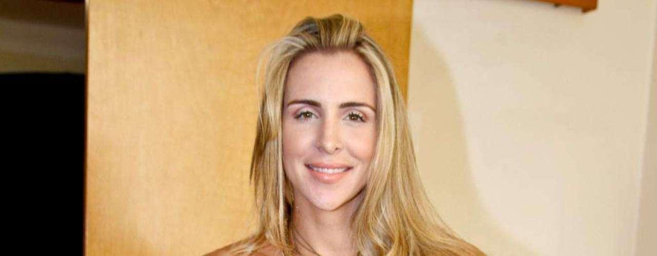 Antes de posar para a revista Sexy, em 2011, Joana Machado, uma das apresentadoras do programa Legendários, da Record, e vencedora da última edição de A Fazenda, substituiu as próteses de 300 ml de silicone por outras de 450 ml