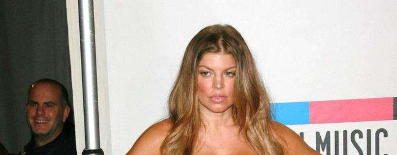 Desde que estourou com o grupo  Black Eyed Peas, o corpo de Fergie vem mudando e a imprensa mundial repercute que a cantora adotou próteses de silicone para deixar o busto mais avantajado